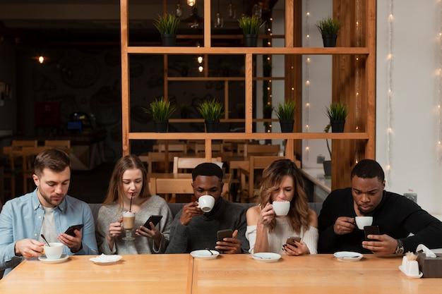 Grupo de amigos en el restaurante.