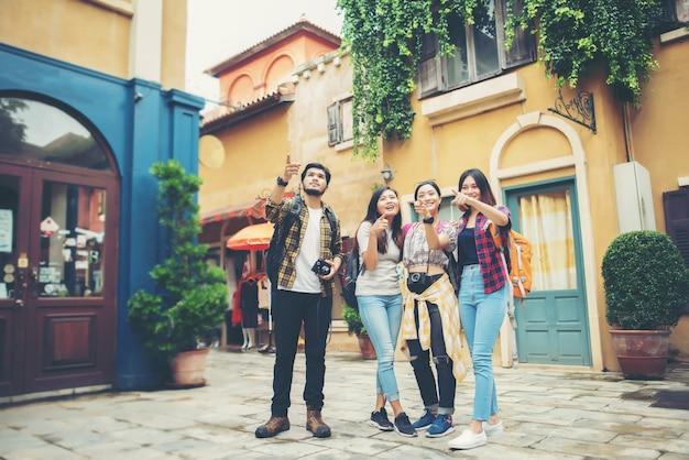Grupo de amigos reunidos en el centro de la ciudad.