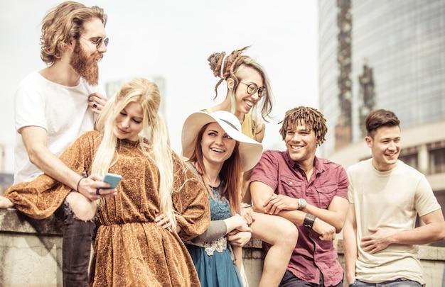 Grupo de amigos riendo a carcajadas al aire libre, compartiendo un estado de ánimo bueno y positivo.
