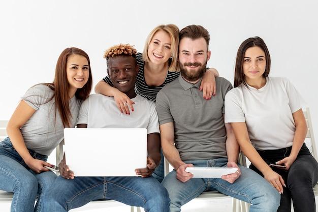 Grupo de amigos sonrientes juntos