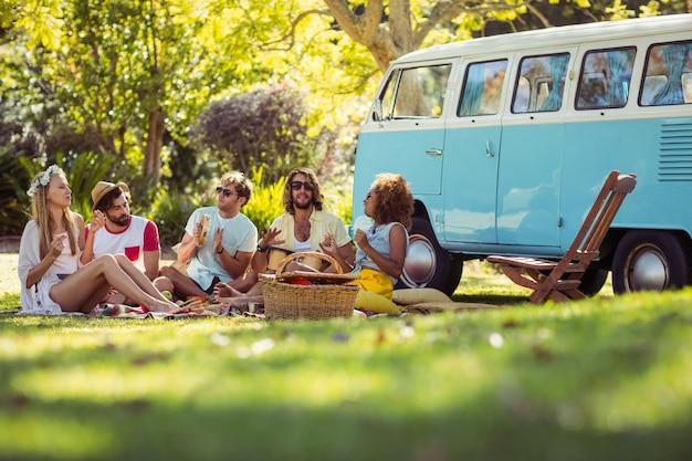 Grupo de amigos tocando música y divirtiéndose juntos
