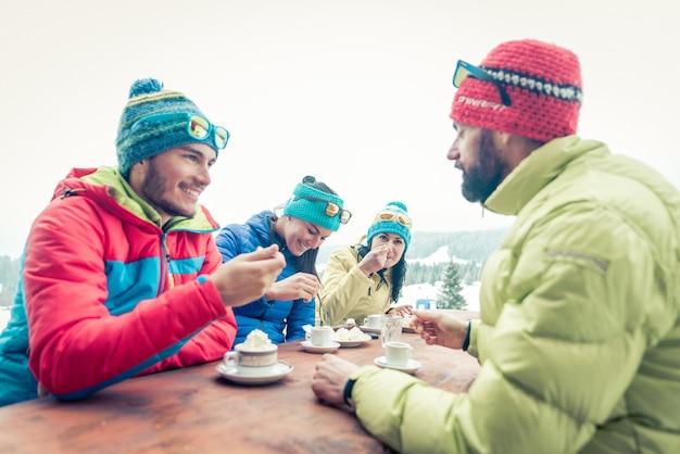 Grupo de amigos tomando una bebida caliente