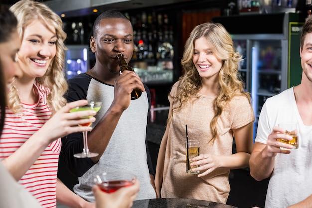 Grupo de amigos tomando una copa