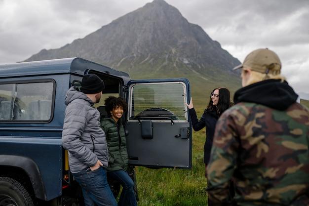 Grupo de amigos tomando un descanso en un viaje por carretera