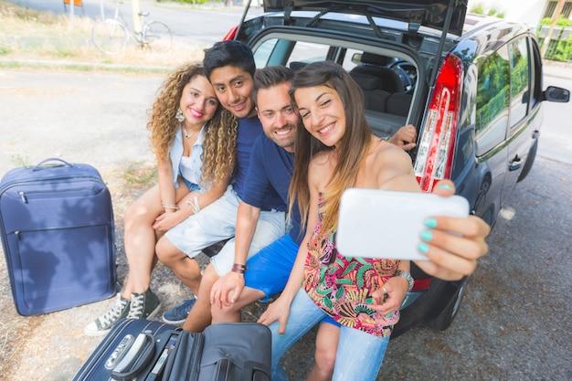 Grupo de amigos tomando un selfie antes de irse de vacaciones.