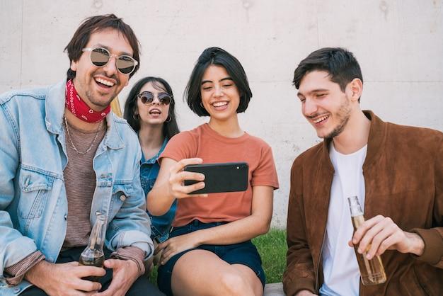 Grupo de amigos tomando una selfie con teléfono