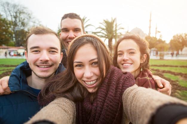 Grupo de amigos turcos tomando selfie en estambul