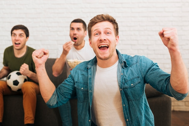 Un grupo de amigos ve eventos deportivos.