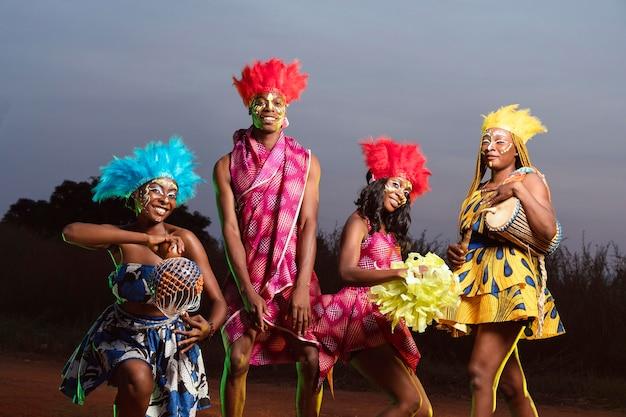 Grupo de amigos vestidos de carnaval