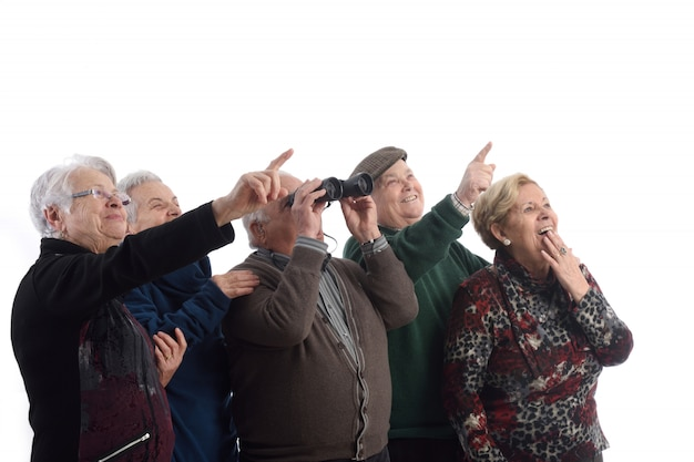 Grupo de ancianos y mirando sorprendido.