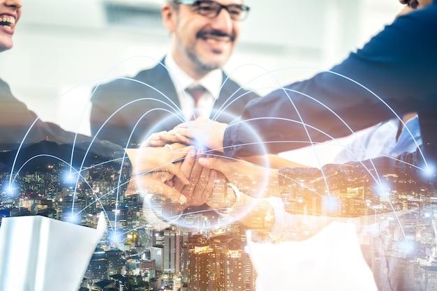 Grupo de apretón de manos de hombre y mujer de negocios con enlace de efecto de luz de conexión