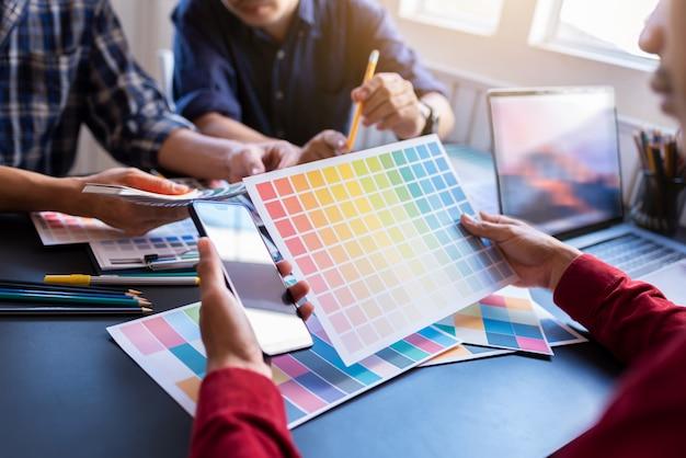 Grupo de artistas de ideas de planificación de estrategia de asociación a compañeros de trabajo en la oficina creativa.
