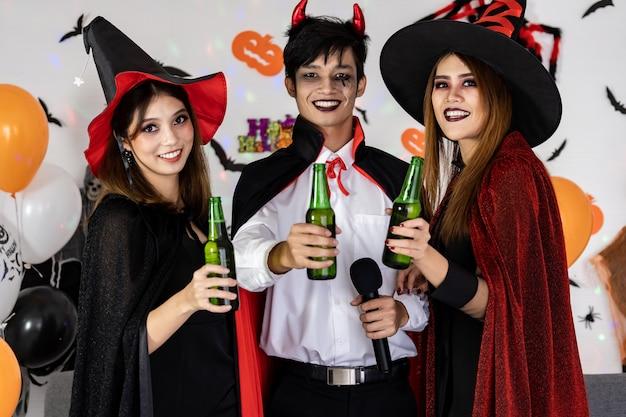 Grupo asiático de amigos celebra y anima la fiesta de halloween.