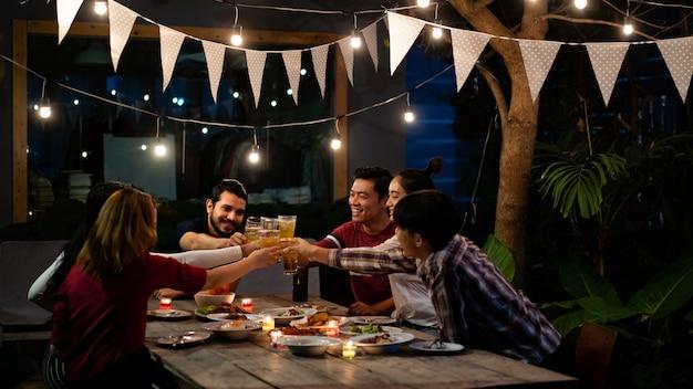 Grupo asiático comiendo y bebiendo