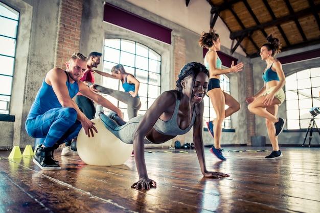 Grupo de atletas entrenando con gimnasia funcional