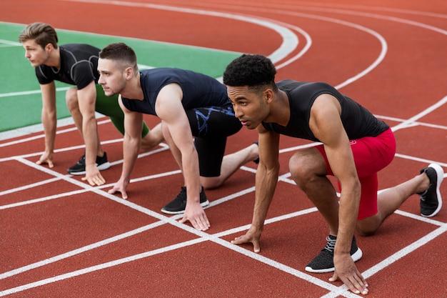 Grupo de atletas multiétnico