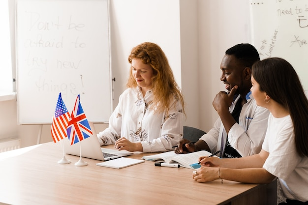 Grupo atractivo multiétnico en línea de profesores estudian y se ríen, discuten algo