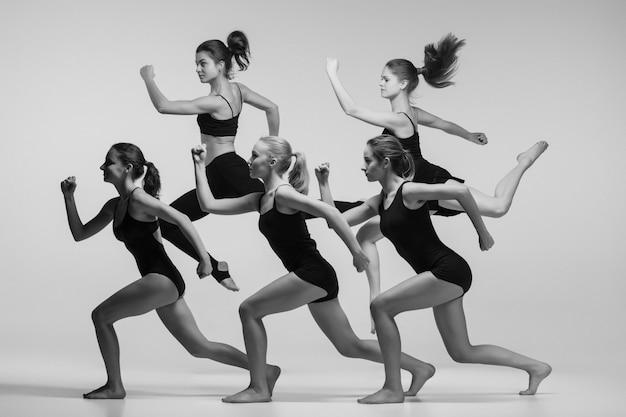 Grupo de bailarines de ballet moderno