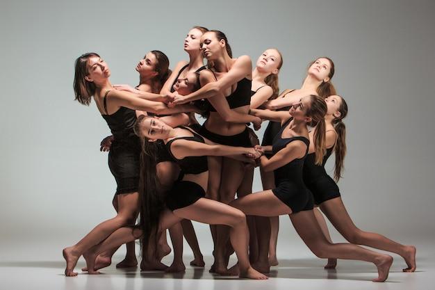 El grupo de bailarines de ballet moderno.