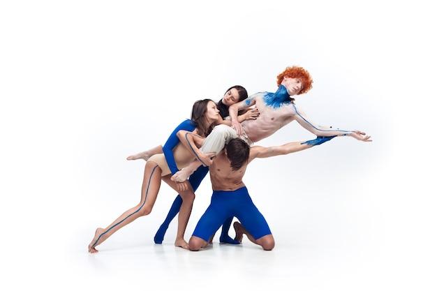 Grupo de bailarines modernos, arte contemp dance, combinación de emociones azul y blanco