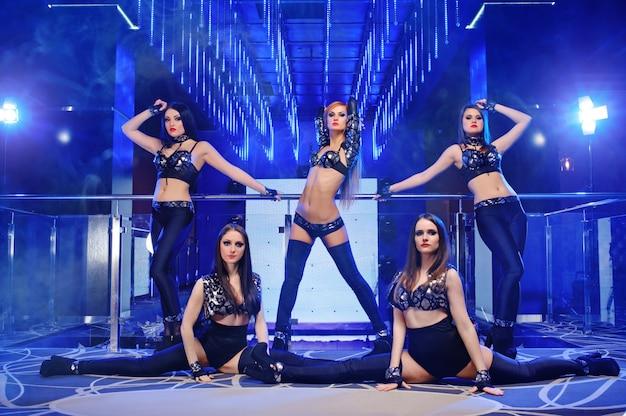 Grupo de bailarines sexys con trajes negros