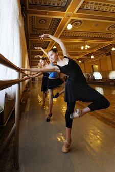 Grupo de ballet en clase de ballet.