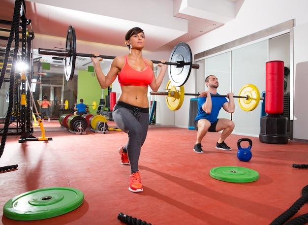 Grupo de barra de levantamiento de pesas crossfit gimnasio gimnasio