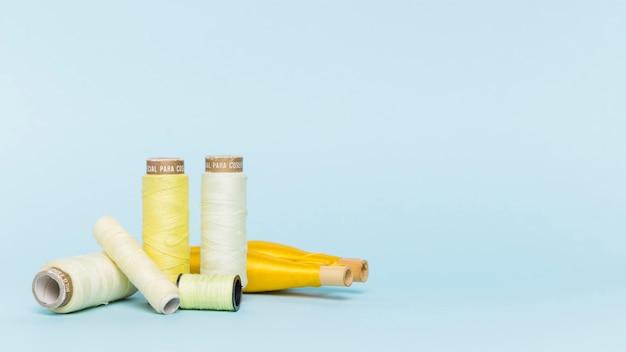 Grupo de bobinas de hilo amarillas