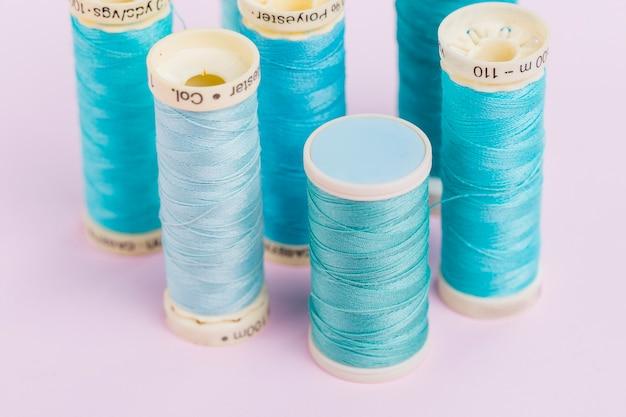 Grupo de bobinas de hilo azules