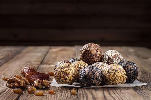 Un grupo de bolas de energía sobre papel pergamino. mesa de madera. el concepto de alimentación saludable.