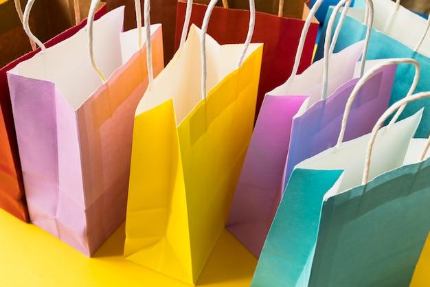 Grupo de bolsas de papel de color pastel