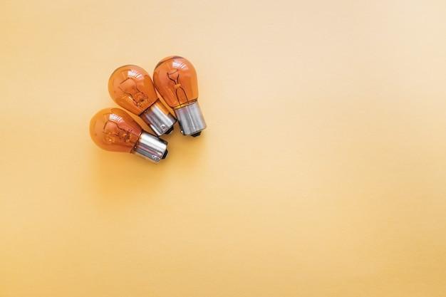Grupo de bombillas de luz de freno trasero de coche p21 12v aisladas sobre fondo amarillo.
