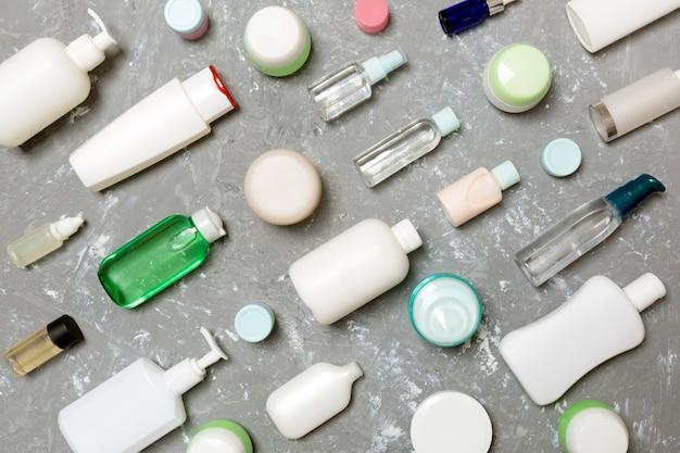 Grupo de botella de plástico para el cuidado del cuerpo flat lay