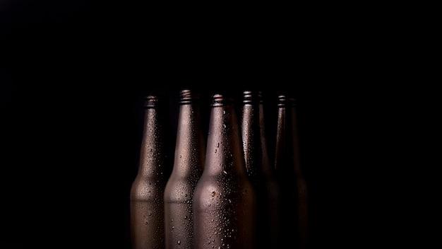 Grupo de botellas de cerveza negras