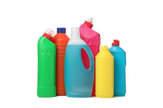 Grupo de botellas con detergente aislado en blanco