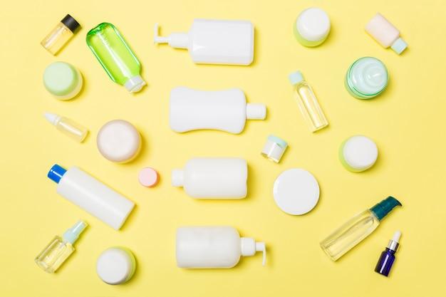 Grupo de botellas de plástico para el cuidado del cuerpo composición plana con productos cosméticos