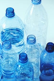 Grupo de botellas de plastico