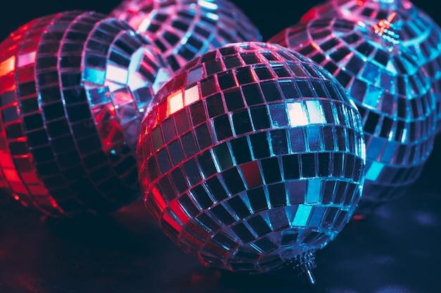 Grupo de brillantes bolas de discoteca en la oscuridad cerca