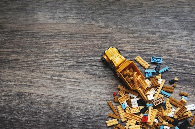 Grupo de caja de juguetes y un camión sobre fondo de madera