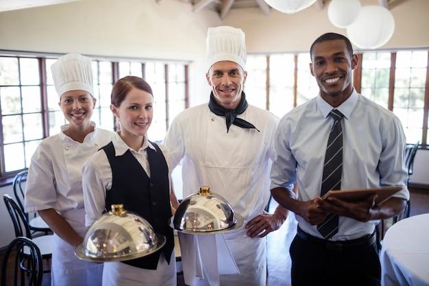 Grupo de chefs del hotel de pie en el hotel