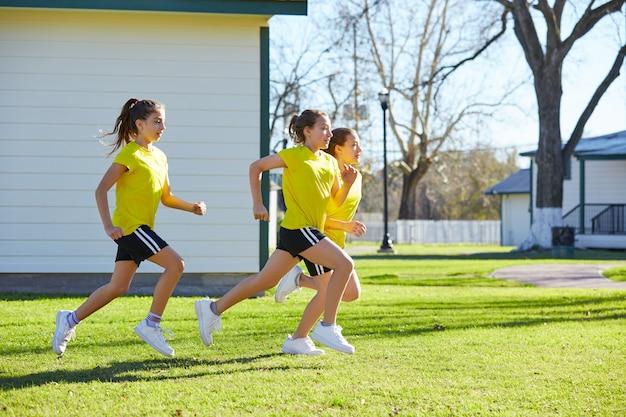 Grupo de chicas adolescentes corriendo entrenamiento en el parque
