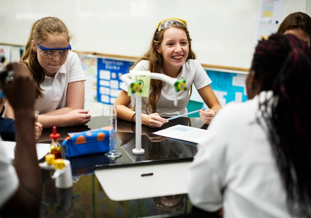 Grupo de chicas de escuela aprendiendo clase de ciencias