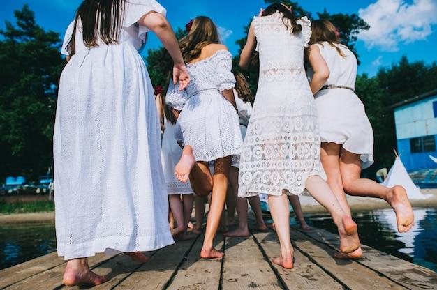Un grupo de chicas en el muelle