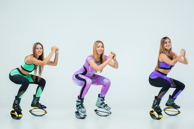 El grupo de chicas, saltando en entrenamiento