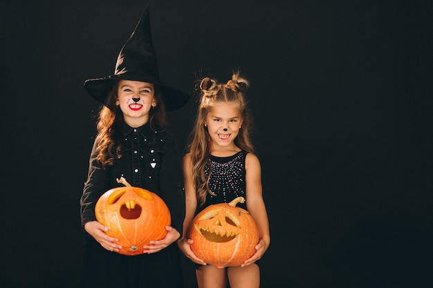Grupo de chicas vestidas con disfraces de halloween en studio