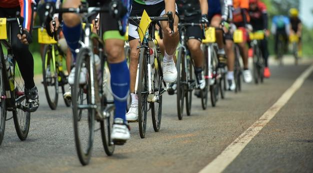 Grupo de ciclistas en carrera profesional.