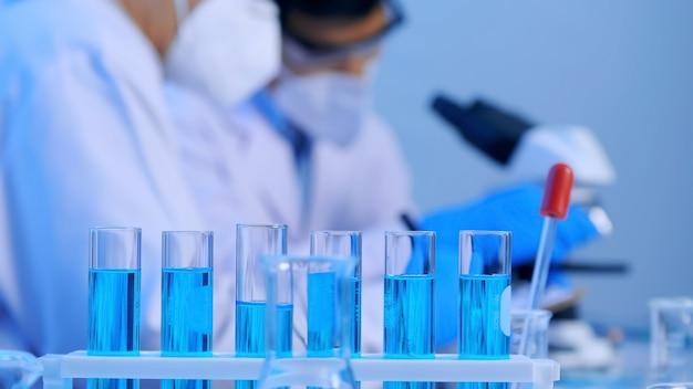 Grupo de científicos asiáticos que realizan investigaciones en el laboratorio.