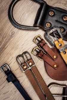 Grupo de cinturones de cuero