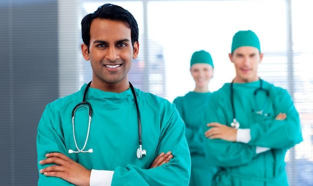 Un grupo de cirujanos que muestran diversidad