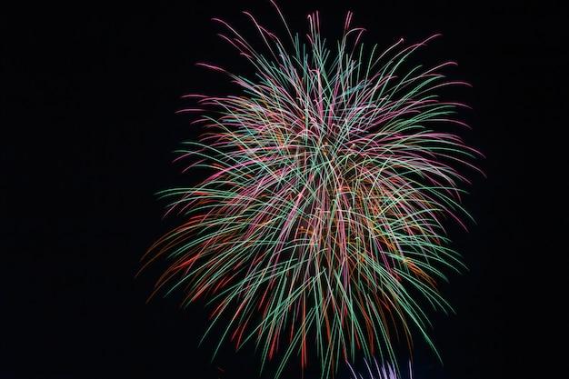 Grupo de coloridos fuegos artificiales del 4 de abril.